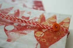 Detail Buch mit roten Blüten